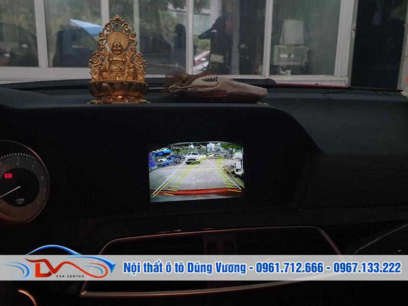 Camera lùi giúp bạn quan sát không gian sau xe