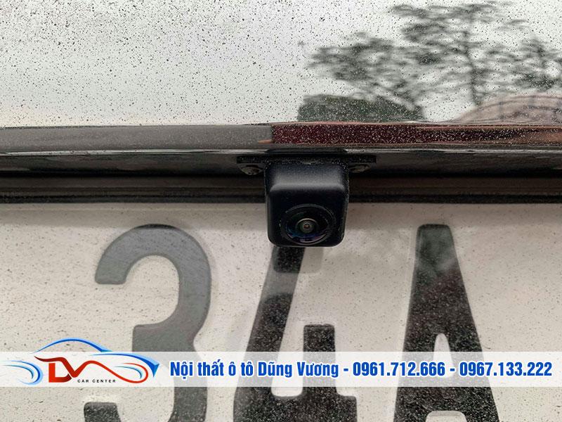Mắt camera được lắp đặt ở đuôi xe để quan sát vị trí lùi xe