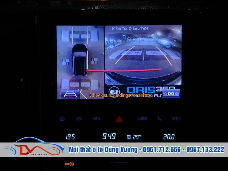 Camera hiển thị vạch chuyển hướng và tín hiệu theo xe trên màn hình