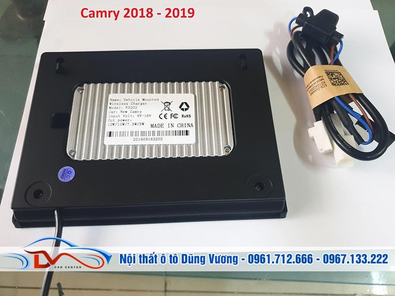 Sạc điện thoại không dây lắp trên xe Camry 2018-2019 có thiết kế hiện đại