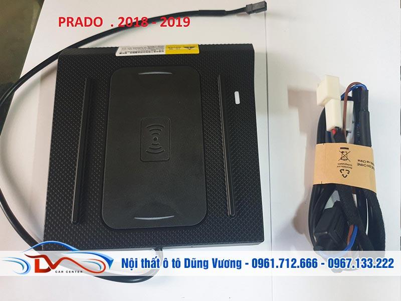 Sạc điện thoại không dây lắp trên xe Land Cruiser Prado 2018-2019 được thiết kế kiểu dáng hiện đại